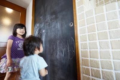 子供が楽しめる黒板 (悩んで見つけた私たちの家 ~中古マンションリノベーションでかなえた憧れの住まい~)