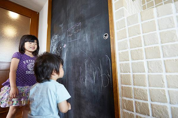 悩んで見つけた私たちの家 ~中古マンションリノベーションでかなえた憧れの住まい~の写真 子供が楽しめる黒板