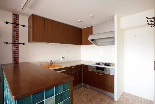 愛着のある家具・愛着のある家の写真 タイルが目を引くL字型のキッチン