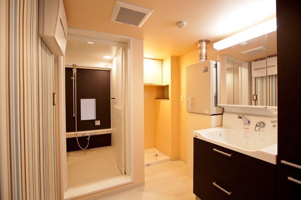 愛着のある家具・愛着のある家の部屋 モダンなバスルームと洗面台