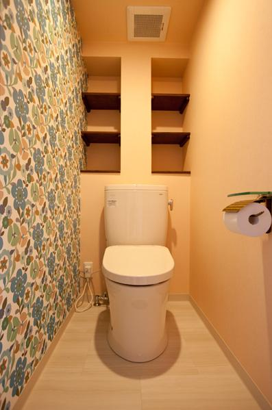 愛着のある家具・愛着のある家の部屋 クロスがインパクトのあるトイレ