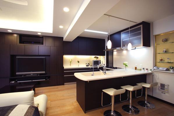 風を感じる洗練された空間の部屋 カウンターテーブルのあるキッチン