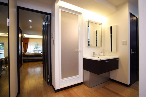 風を感じる洗練された空間の部屋 コンパクトな洗面台