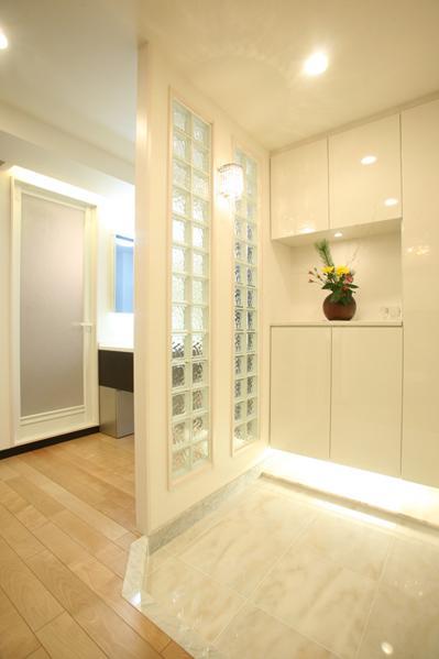 風を感じる洗練された空間の部屋 白を基調としたエントランス