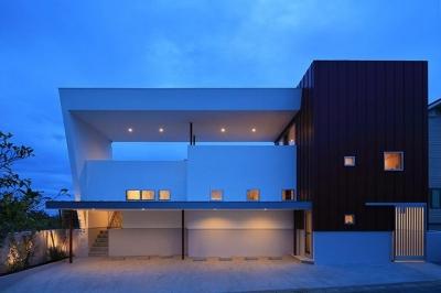 大屋根がインパクトのある外観 (House-MSD【 White Rainbow-白虹- 】)