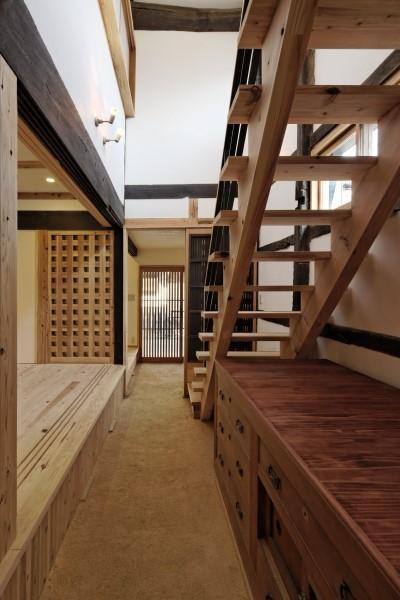 今井町の家ー伝統的町家を新しく開発した耐震フレームで現代のライフスタイルにあったリノベーションを実現ー (玄関・土間・階段)