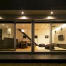 House-KNMR【 Lberg 】の写真 庭からリビングを眺める