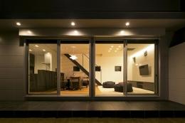 House-KNMR【 Lberg 】 (庭からリビングを眺める)
