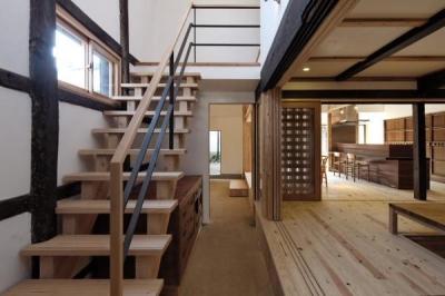 今井町の家ー伝統的町家を新しく開発した耐震フレームで現代のライフスタイルにあったリノベーションを実現ー (土間・階段)