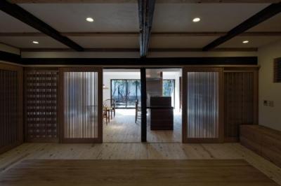 今井町の家ー伝統的町家を新しく開発した耐震フレームで現代のライフスタイルにあったリノベーションを実現ー (家族室)