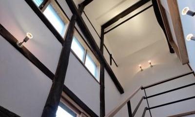 階段|今井町の家ー伝統的町家を新しく開発した耐震フレームで現代のライフスタイルにあったリノベーションを実現ー