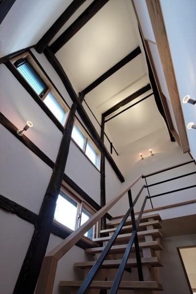 今井町の家ー伝統的町家を新しく開発した耐震フレームで現代のライフスタイルにあったリノベーションを実現ー (階段)