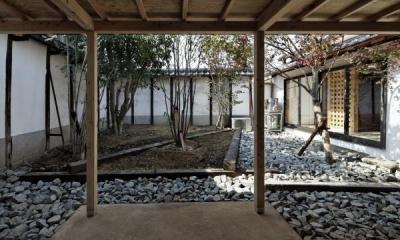 今井町の家ー伝統的町家を新しく開発した耐震フレームで現代のライフスタイルにあったリノベーションを実現ー (中庭)