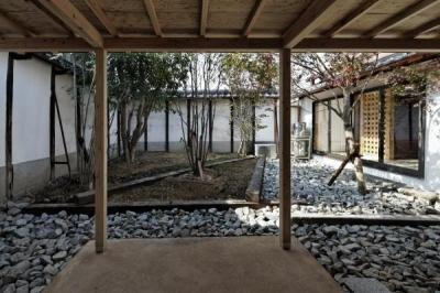 中庭 (今井町の家ー伝統的町家を新しく開発した耐震フレームで現代のライフスタイルにあったリノベーションを実現ー)