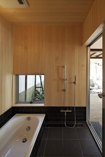 浴室 (今井町の家ー伝統的町家を新しく開発した耐震フレームで現代のライフスタイルにあったリノベーションを実現ー)