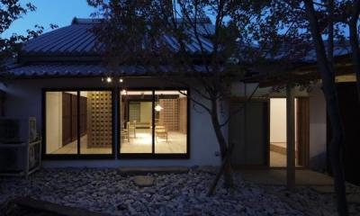 今井町の家ー伝統的町家を新しく開発した耐震フレームで現代のライフスタイルにあったリノベーションを実現ー (中庭(夜景))