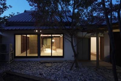 中庭(夜景) (今井町の家ー伝統的町家を新しく開発した耐震フレームで現代のライフスタイルにあったリノベーションを実現ー)