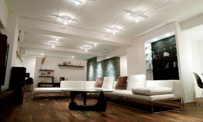 Vesper-リッソーニのソファが入る93m²の部屋