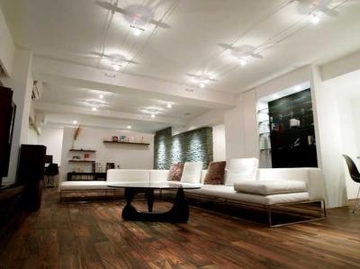 Vesper-リッソーニのソファが入る93m²の部屋 (リビング)