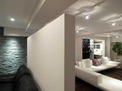リビング (Vesper-リッソーニのソファが入る93m²の部屋)