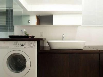 洗面所 (Vesper-リッソーニのソファが入る93m²の部屋)