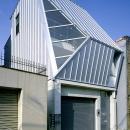 大阪市阿倍野区 S様邸の写真 大きな三角窓がモダンな住宅-斜めから眺める