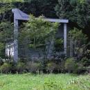 中軽井沢、地窓から裏手の広大な森が目に入る緑に囲まれた住まいの写真 妻面外観