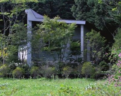 中軽井沢、地窓から裏手の広大な森が目に入る緑に囲まれた住まい (妻面外観)