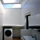 貝塚市 T様邸の写真 天窓のあるタイル張りの洗面室