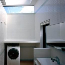 天窓のあるタイル張りの洗面室