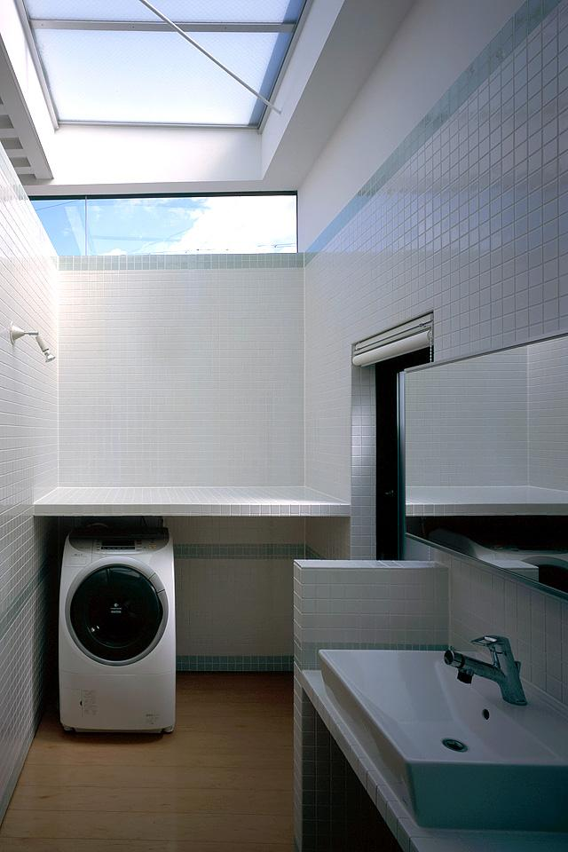 貝塚市 T様邸の部屋 天窓のあるタイル張りの洗面室