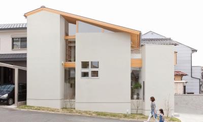 外観|狭小地/変形地/高低差のある土地で光を取り入れるガラスのスリットのある家(山科の家)