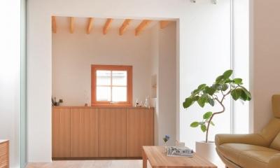 狭小地/変形地/高低差のある土地で光を取り入れるガラスのスリットのある家(山科の家) (リビング)
