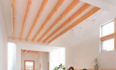 狭小地/変形地/高低差のある土地で光を取り入れるガラスのスリットのある家(山科の家) (ダイニング)
