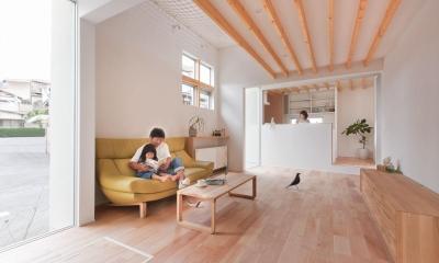狭小地/変形地/高低差のある土地で光を取り入れるガラスのスリットのある家(山科の家) (キッチン)
