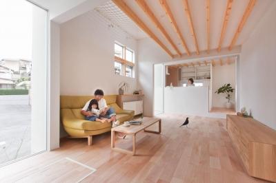 キッチン (狭小地/変形地/高低差のある土地で光を取り入れるガラスのスリットのある家(山科の家))