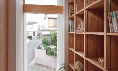 狭小地/変形地/高低差のある土地で光を取り入れるガラスのスリットのある家(山科の家) (本棚)