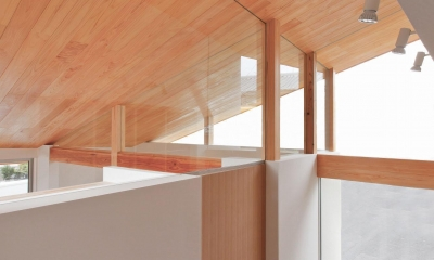 狭小地/変形地/高低差のある土地で光を取り入れるガラスのスリットのある家(山科の家)
