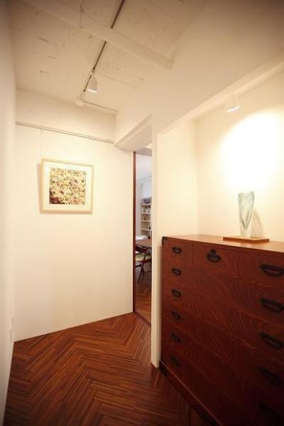 ヘリンボーンの床の廊下 (単なる廊下なんて言わせない。こだわりの廊下、見せます。)