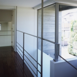 ひばりが丘、RC造としギャラリーを意識した吹抜けのある住まい (一部吹抜けて地上部の坪庭が見えるようになっている階段室の様子)