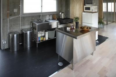 シンプルで格好いい業務用キッチンが人気 (業務用キッチンで究極のシンプルを求める)