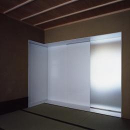 ひばりが丘、RC造としギャラリーを意識した吹抜けのある住まい (和室には地板で床の間コーナーが設けられ、その背壁はモダンな印象のアルミ板張りです)