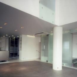名古屋丘の上、カーレース参戦が趣味のご主人のためにフェラーリのインテリアを展開 (キッチンと階段)