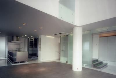 キッチンと階段 (名古屋丘の上、カーレース参戦が趣味のご主人のためにフェラーリのインテリアを展開)