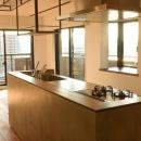 モルタルの腰壁と相性の良いステンレス天板のキッチン