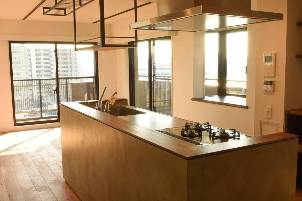 キッチン事例:モルタルの腰壁と相性の良いステンレス天板のキッチン(飾りすぎず素っ気なくない、ちょうどよいシンプルリノベ)