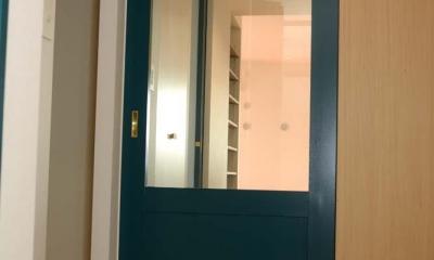 飾りすぎず素っ気なくない、ちょうどよいシンプルリノベ (ブルーのガラスの引戸)