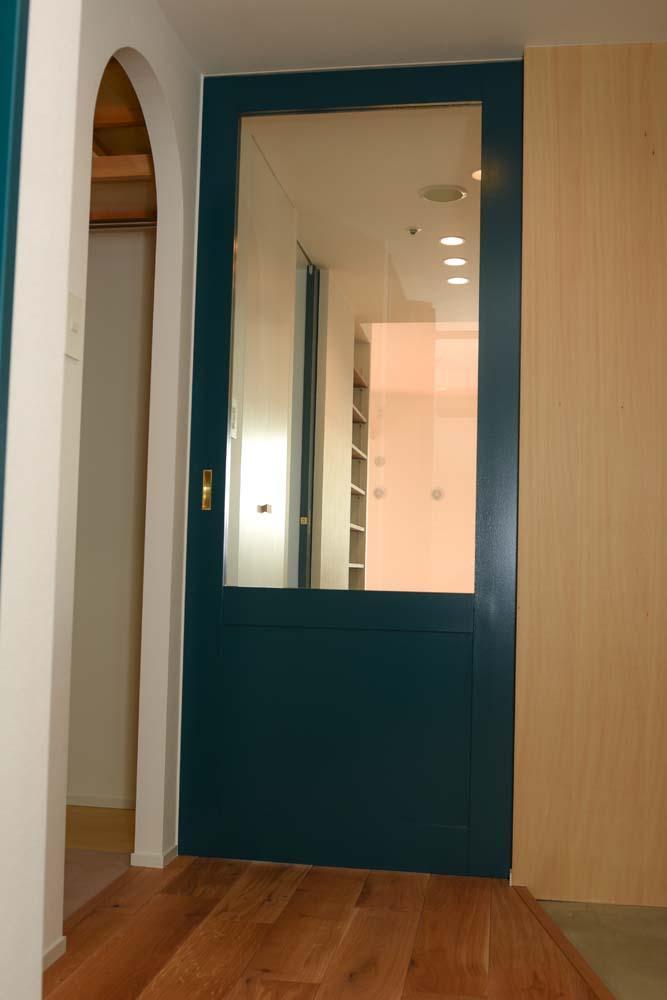 飾りすぎず素っ気なくない、ちょうどよいシンプルリノベの部屋 ブルーのガラスの引戸