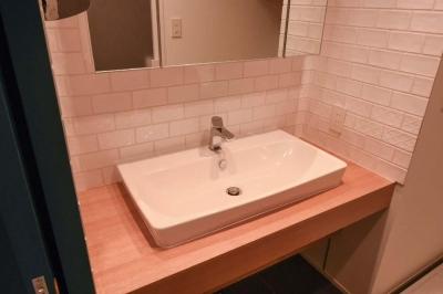 飾りすぎず素っ気なくない、ちょうどよいシンプルリノベ (シンプルな洗面台)