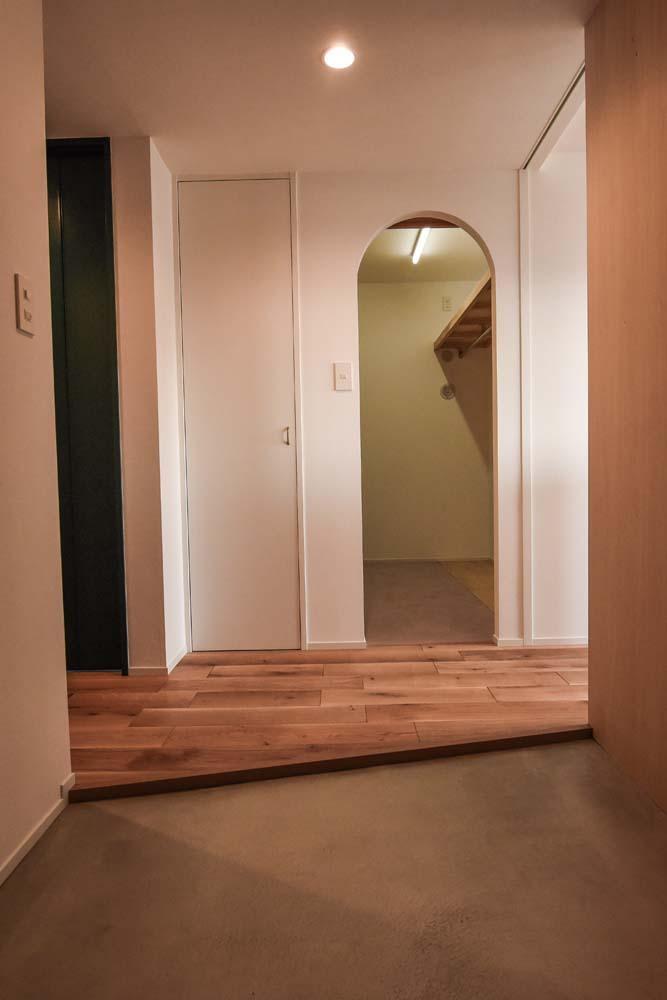 飾りすぎず素っ気なくない、ちょうどよいシンプルリノベの部屋 広々とした玄関土間
